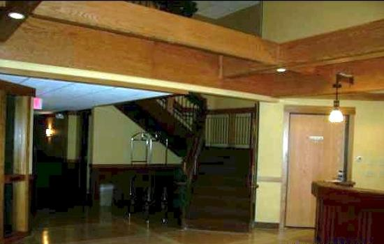 Prairie Inn and Suites: Bueatiful staircase to 2nd level