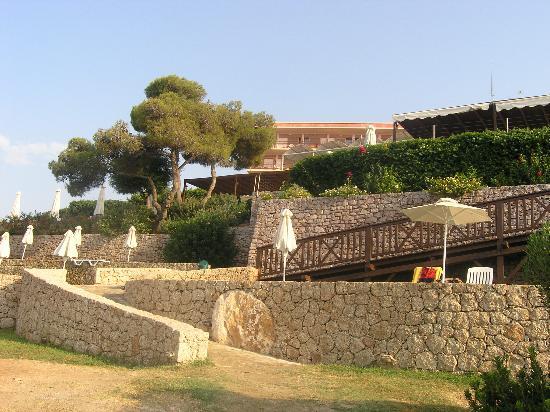 AKS Hinitsa Bay: Hinitsa Hotel side view