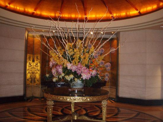 Four Seasons Hotel Singapore: Beautiful smelling flower arrangement in the foyer