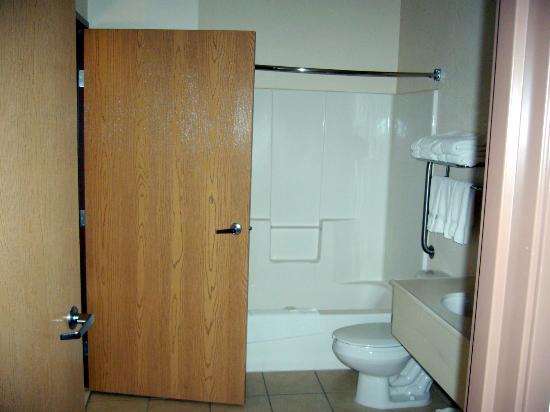 Comfort Suites: Separate Full Bath