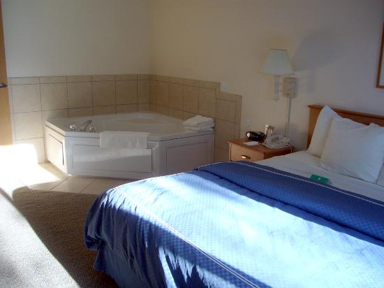 Comfort Suites: 2-Person Jacuzzi in Bedroom!