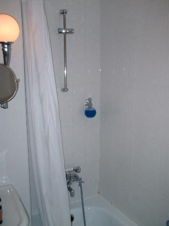 The Arkin Colony Hotel: well appointed bathroom