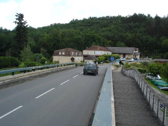 Hotel Les Glycines: Road in front of the hotel