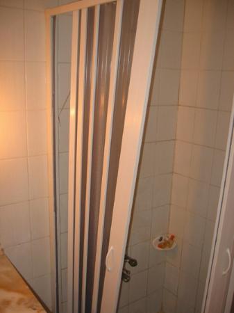 Berksoy Hotel: Shower door hanging at Berksoy
