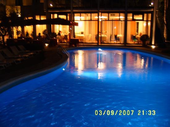 Hotel Piccola Vela: Hotel at night