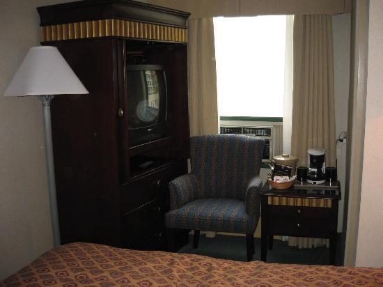St. Regis Hotel: Room 400 - overcrowded!