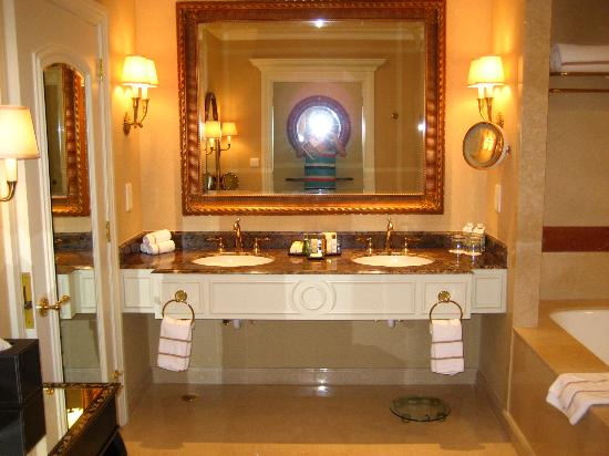 The Venetian Macao Resort Hotel: Bathroom