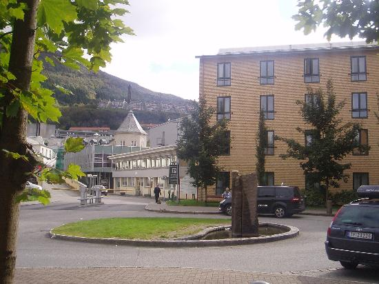 Haukeland Hotell : The hotel is located in the same park/area as the Haukeland University Hospital.Mount Ulriken ne