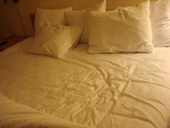Quality Inn & Suites at Coos Bay: the bed AFTER we tried to straighten it up