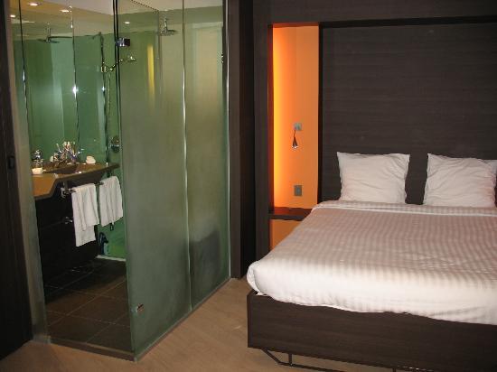 Hotel Oceania Paris Porte de Versailles : bed and shower