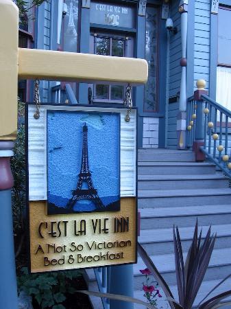 C'est La Vie Inn: sign