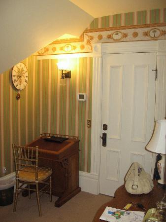 C'est La Vie Inn: room2