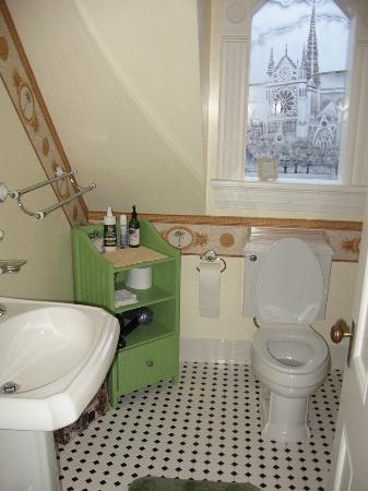 C'est La Vie Inn: washroom