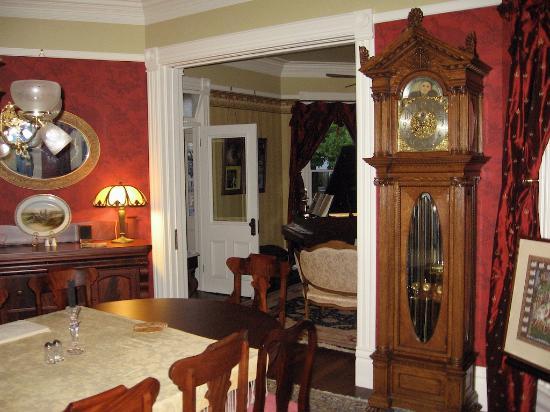 C'est La Vie Inn: common room