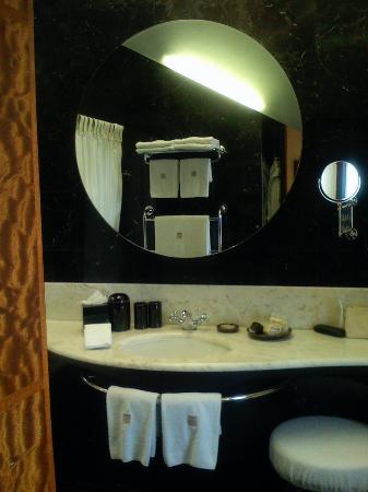 COMO The Halkin: Bathroom in King Double