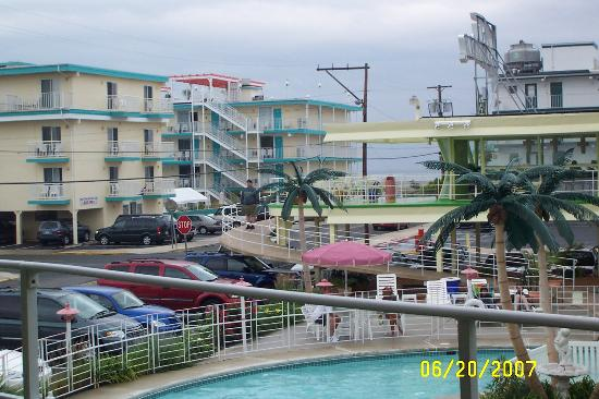 Caribbean Motel: The ramp & view of the ocean in background