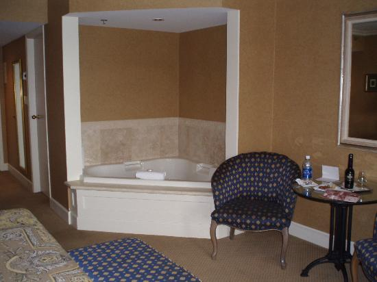Wedgewood Hotel & Spa: In-room tub (clean and relaxing!)