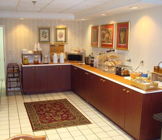 Clarion Inn & Suites: Breakfast Area