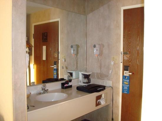 Clarion Inn & Suites: Bedroom Sink