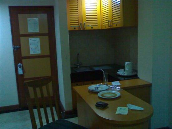 Hotel Mega Anggrek: Kitchenette