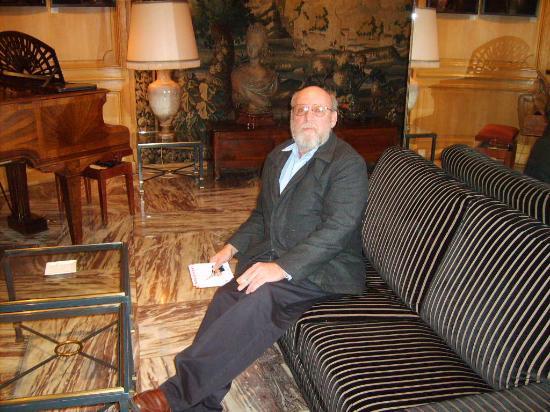 Hotel de la Terrasse: A travelling companion in the lobby.