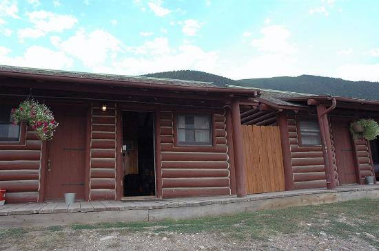 ‪‪Chico Hot Springs Resort‬: Exterior, row of Rustic Cabins, Aug 2007‬