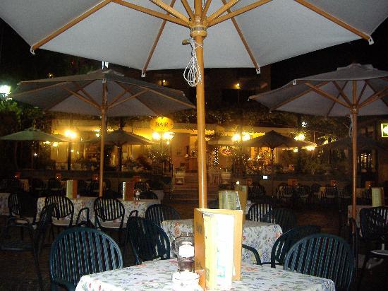 Hotel Royal: Hotel Tre Corone in the evening, Garda