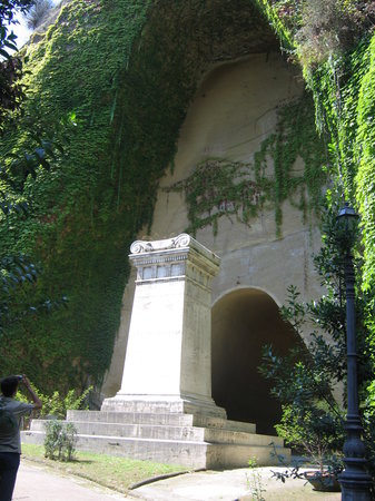Neapel, Italien: Tomb of Giacomo Leopardi (writer, poet)
