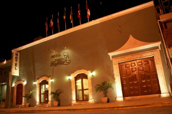 Hotel Maison del Embajador: Exterior evening view