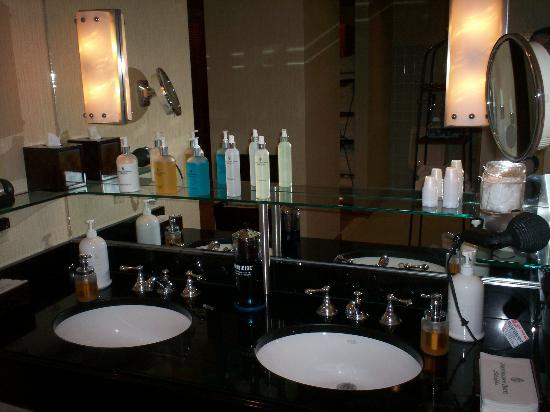 The Logan Philadelphia, Curio Collection by Hilton: mens locker room amenities