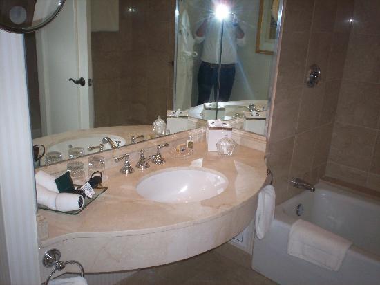 The Logan Philadelphia, Curio Collection by Hilton: bathroom