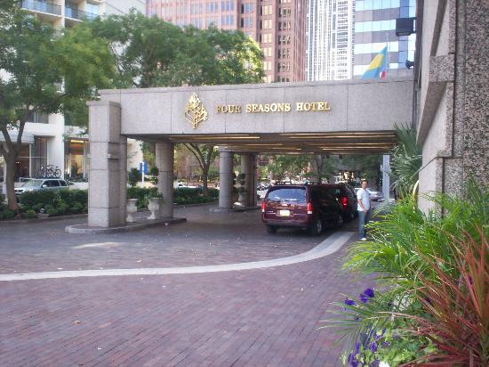 The Logan Philadelphia, Curio Collection by Hilton: hotel entrance