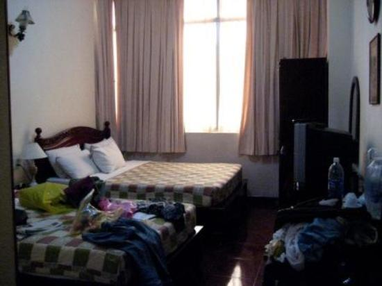 Dong Do Hotel: Cramped 'superior' room with double and single beds
