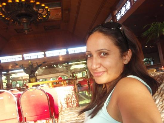 Bali Dynasty Resort Hotel: In the lobby again playin with sunlight
