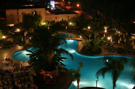 Atlantica Bay Hotel: Pool at night