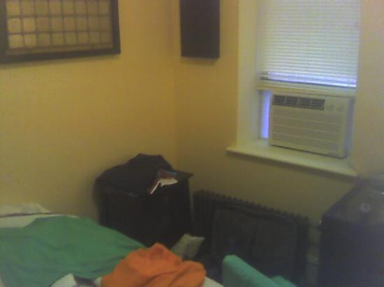 Larchmont Hotel: Front Room 2
