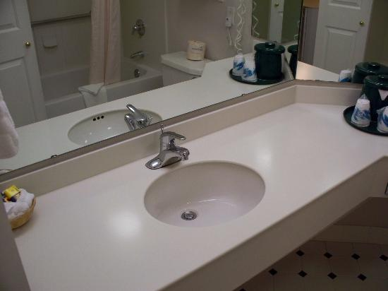 La Quinta Inn & Suites Austin at The Domain: Bathroom gets to the point of being in there