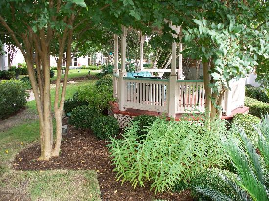 La Quinta Inn & Suites Austin at The Domain: Nicely landscaped garden & gazebo