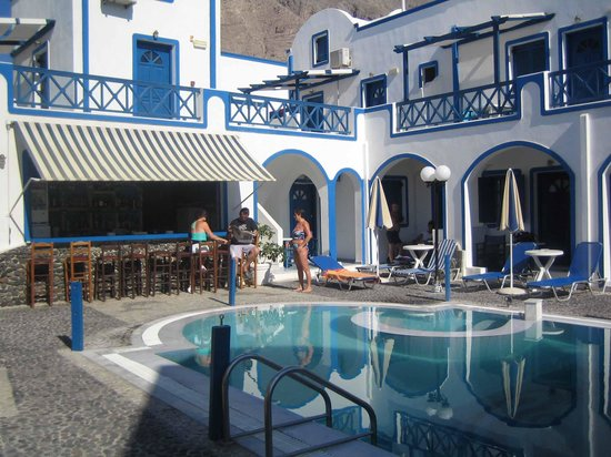 Roula Villa: The proximity of the rooms to the bar