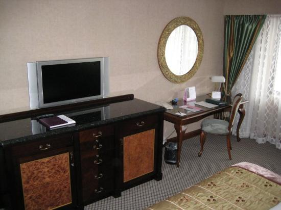 The Langham, Auckland: LCD TV with plenty of channels