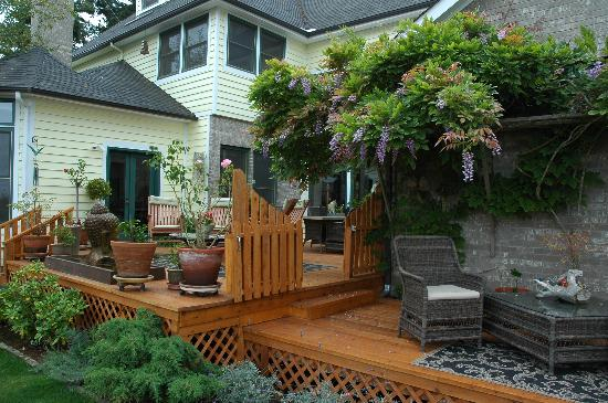 Wildwood Manor Bed and Breakfast: Beautiful back deck.  Always warm and inviting!