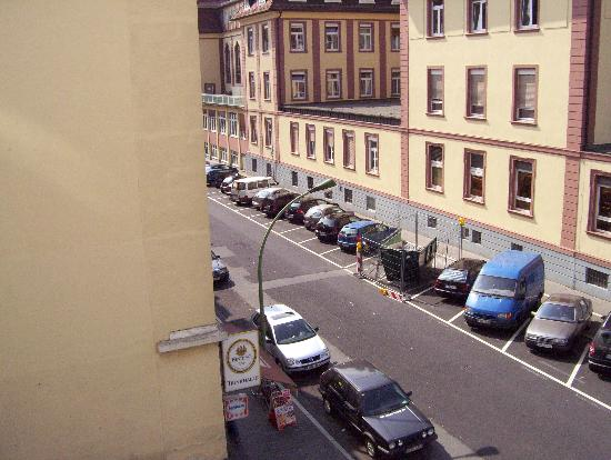 Alleenhof Hotel: Another view of side street from hotel room