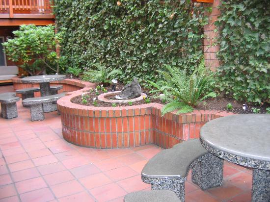 Paul's Motor Inn: Seating in the courtyard