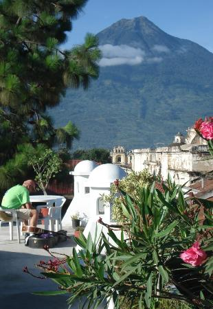 El Carmen Hotel: Volcan Agua as seen from the the rooftop of El Carmen!
