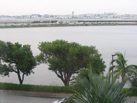 Homewood Suites Miami-Airport / Blue Lagoon: Outside view