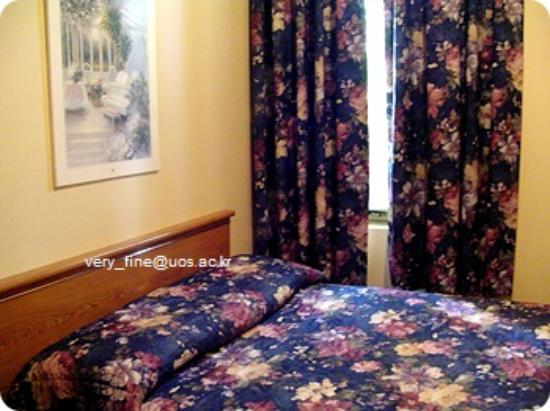 Hotel Viger: single bedroom