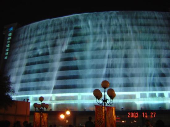 Lijiang Waterfall Hotel: Hotel's Waterfall Show