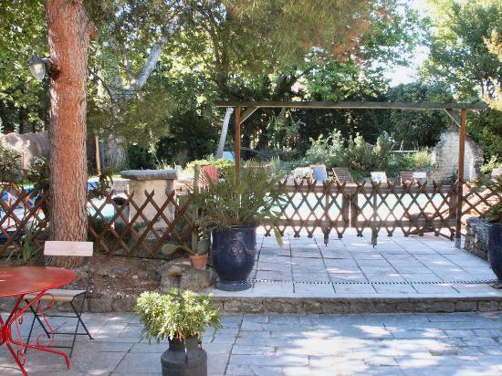 Logis Hostellerie le Blason de Provence : l'accès à la piscine de l'hôtel