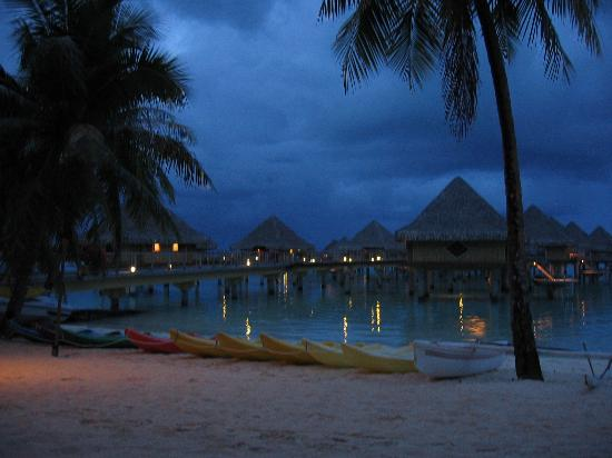 InterContinental Bora Bora Le Moana Resort: Evening