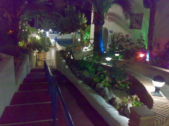 Club Marbella/Regency Palms Crown Resort: The walk way to the reception